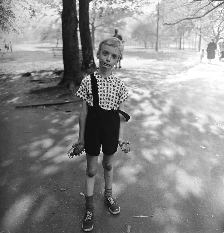 Fotografía y fe: Niño con granada de mano de juguete en Central Park